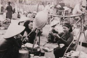 Một Hà Nội thân thương qua triển lãm 'Gánh hàng rong và những tiếng rao trên đường phố Hà Nội'