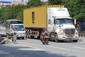 Mặc biển cấm, xe máy ngang nhiên 'tranh' đường với container bất chấp nguy hiểm