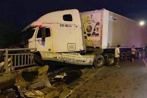 Xe container mất lái do nổ lốp, đâm gãy thành cầu