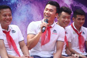 Quang Hải, Duy Mạnh và dàn sao Hà Nội FC chào cờ tại trường THCS Nguyễn Trường Tộ