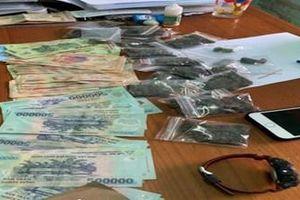 Hai sinh viên ngụy trang 1,5kg ma túy trong quần áo cũ vận chuyển về Đà Nẵng