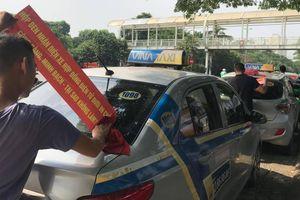 Taxi truyền thống dán khẩu hiệu 'đòi' bình đẳng với xe hợp đồng điện tử