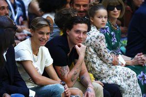 'Út cưng' Harper Beckham được bố nắm tay đến tham dự buổi diễn thời trang của mẹ Victoria