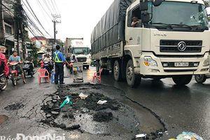 Mưa lớn, nước cuốn trôi lớp nhựa đường trên Quốc lộ 1A