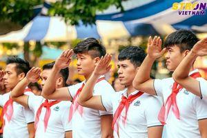 Quang Hải chào cờ với HS Trường THCS Nguyễn Trường Tộ