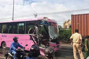 Xe khách va chạm xe container, 4 người bị thương