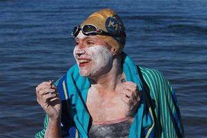 Người phụ nữ 37 tuổi bơi vượt biển suốt 54 tiếng