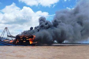 Tàu cá tiền tỉ ở Bến Tre trôi ra biển cháy rụi