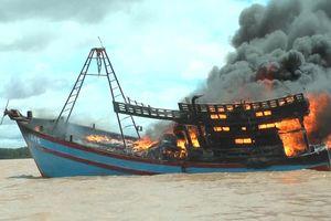 Chủ tàu đứt ruột cắt dây neo cho tàu cá tiền tỉ trôi ra biển cháy rụi