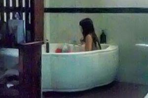 Đột kích cơ sở massage cho nhân viên tắm chung với khách