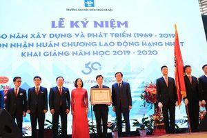 Trường Đại học Kiến trúc Hà Nội đón nhận Huân chương Lao động hạng Nhất