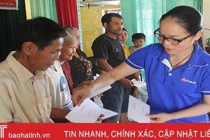Câu lạc bộ OneLife Việt Nam tặng quà người dân vùng rốn lũ Hương Khê