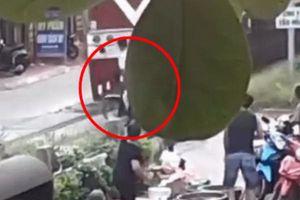 Người phụ nữ nhanh trí cứu người đàn ông thoát chết trong gang tấc