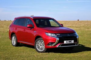 Liên tục dính triệu hồi tại Việt Nam, Mitsubishi Outlander PHEV mới bán tại Anh có gì?