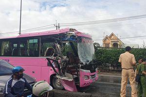 Ôtô khách tông xe container, nhiều người bị thương ở Sài Gòn