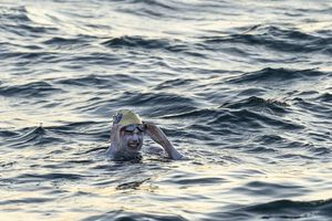 Bơi vượt eo biển Anh để truyền cảm hứng cho bệnh nhân ung thư
