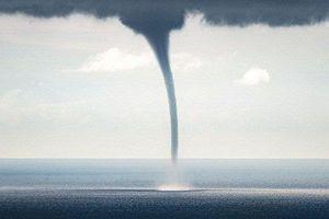 Vòi rồng cao trăm mét xuất hiện trên biển