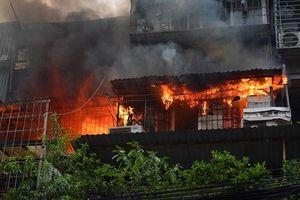 Cháy lớn ở khu tập thể Kim Liên, nhiều người dân hốt hoảng bỏ chạy