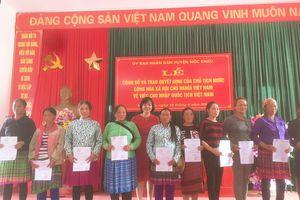 Trao quyết định nhập quốc tịch Việt Nam cho người Lào di cư tự do và kết hôn không giá thú tại Mộc Châu, Sơn La