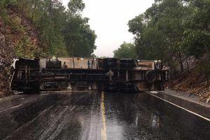 Ô tô tải hạng nặng lật nhào chắn ngang Quốc lộ 1, giao thông tê liệt