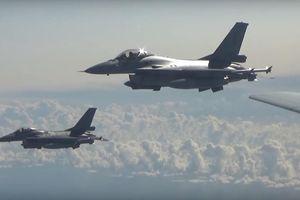 Cận cảnh dàn chiến đấu cơ NATO 'vây' máy bay ném bom Nga