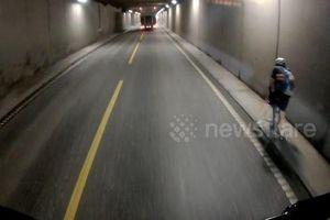 Suýt ngã trong hầm cao tốc, người đàn ông đi xe đạp thoát chết thần kỳ