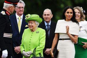 Meghan Markle từng mất 2 tiếng học cách uống trà và dùng dao nĩa trước khi gặp nữ hoàng Anh