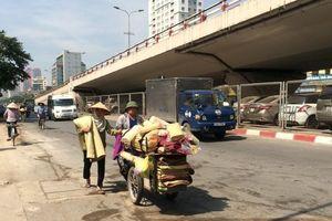 Mưu sinh ở Hà Nội: Ngày đi bộ 30km, mỗi năm lương tăng chỉ 10 nghìn đồng
