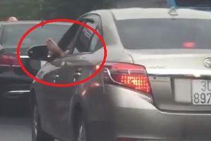 Giật mình cảnh tài xế vừa lái xe vừa gác chân lên cửa tại Hà Nội
