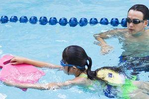 MC Quang Bảo quyên góp được hơn 700 suất học bổng 'xóa mù bơi' cho trẻ em