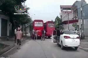 Clip: Tài xế cùng phụ xe của 2 xe khách lao vào cuộc 'hỗn chiến' giữa đường