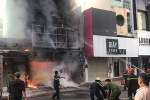 Cứu 2 người trong căn nhà bốc cháy ở TP.HCM