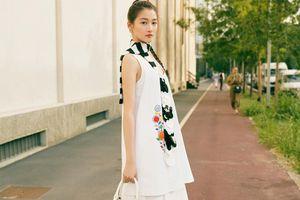 Quan Hiểu Đồng bị chê quê mùa khi tham dự show thời trang