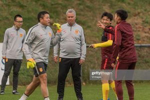 Guss Hiddink bị LĐBĐ Trung Quốc sa thải vì để thua U22 Việt Nam của Park Hang Seo