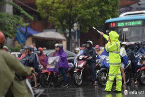 Nhìn lại trận mưa lớn đúng giờ đi làm khiến nhiều tuyến đường Hà Nội ùn tắc cục bộ