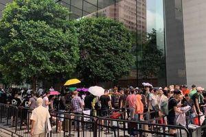 Hàng trăm người xếp hàng trước Apple Store tại Singapore chờ mua iPhone 11