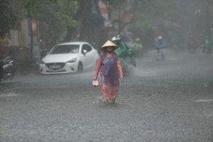Mưa lớn trên cả nước, nguy cơ ngập lụt ở các tỉnh Trung và Nam Bộ