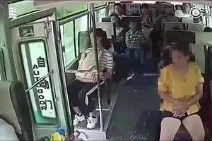 Nhảy ra khỏi xe buýt đang chạy, người phụ nữ chết thảm