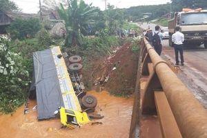 Xe tải đánh lái lao thẳng xuống suối vì tránh ô tô dừng trên cầu