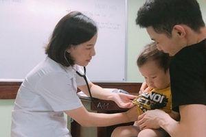Tuyệt chiêu giúp con trẻ không sợ khi đi khám bác sĩ