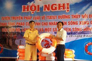 Hà Nội: 500 dụng cụ nổi, phao cứu sinh trao tặng tại các bến đò, làng chài