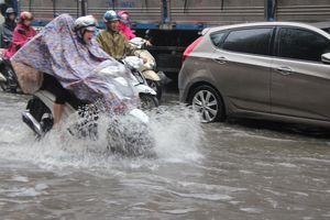 Gió mùa về, Hà Nội mưa như trút nước