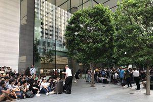 Người Việt xếp hàng mua iPhone tại Singapore: Không chỉ vì 'đam mê'