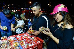 Bán tháo bánh Trung thu giá siêu rẻ, khách đổ xô mua