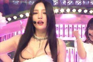 HyunA và những sao Hàn gặp sự cố tuột áo, té ngã khi đang diễn