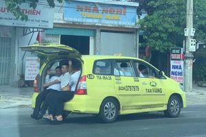 Taxi nhồi nhét 11 người 'làm xiếc' trên quốc lộ