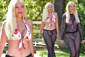 Ngực lõm dị dạng vì thẩm mỹ hỏng, Tori Spelling vẫn tự tin diện bikini