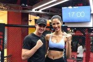 Hoàng Thùy khoe vòng eo gợi cảm, tích cực tập luyện cho Miss Universe 2019