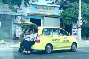Taxi chở 11 người, ngồi tràn cả cốp xe 'vi vu' trên Quốc lộ 1A