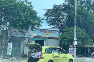 Huế: Taxi Vàng 7 chỗ mở cốp nhét 11 người 'biểu diễn' trên QL1A